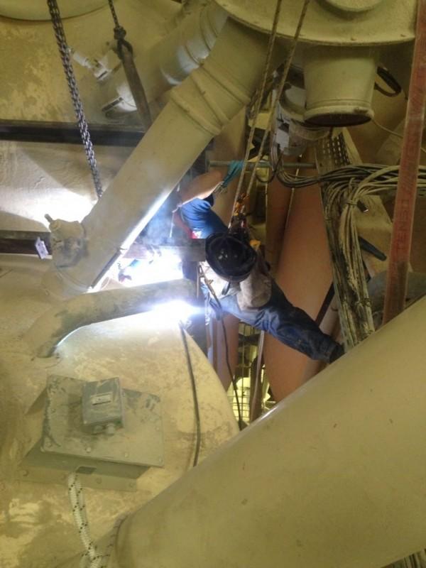 Implantation de passerelles d'accès pour toit de silos.